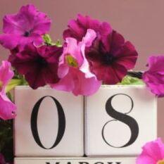 С первым весенним праздником - 8 марта!